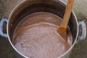 藍建てに使います。ふすまを煮たもの wheat husks boiled in water to be added to indigo vat