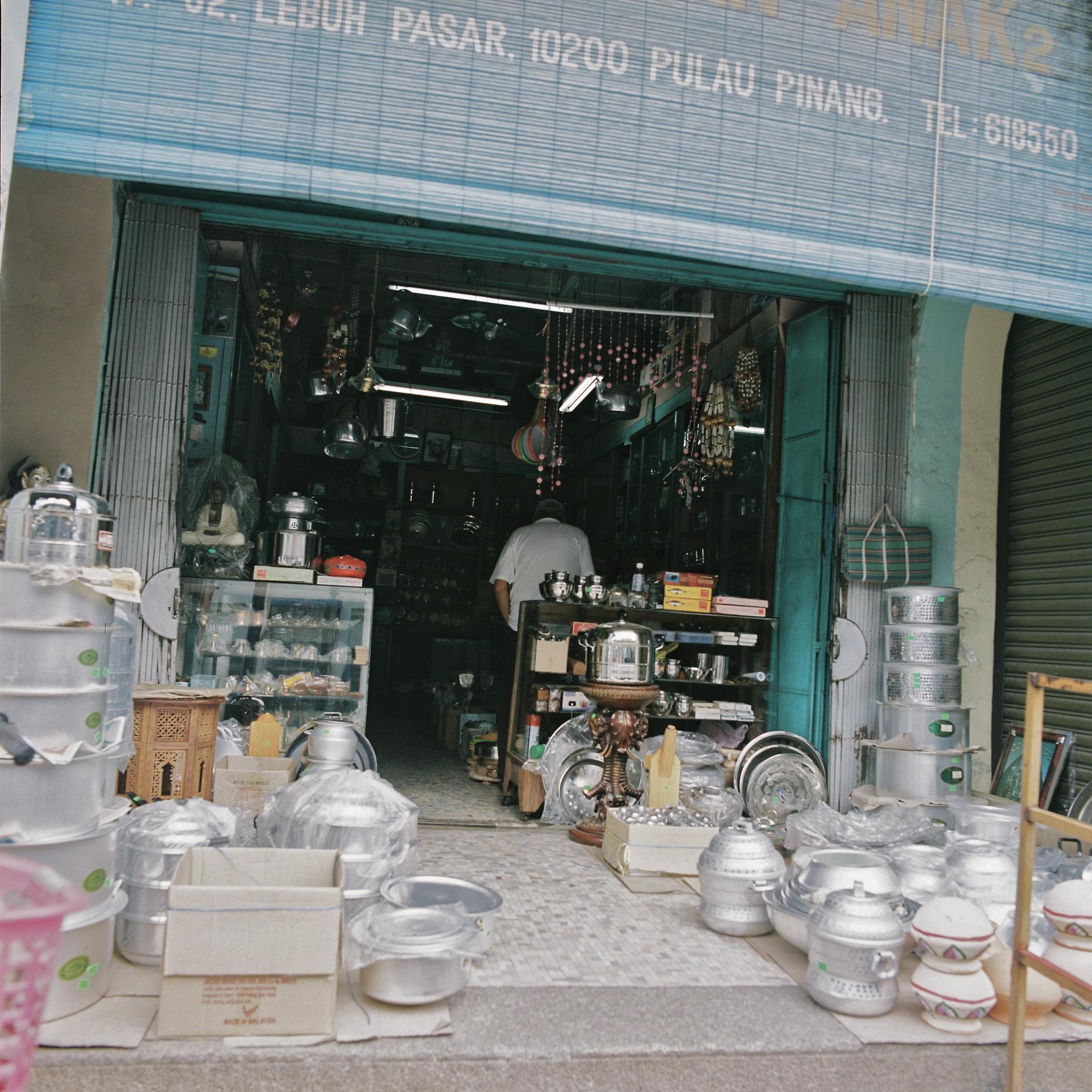 Little India in Penang ペナンリトルインディアにて 台所用品のお店。一見怖そうな店のおじさんも、ほんとうはとても親切です。