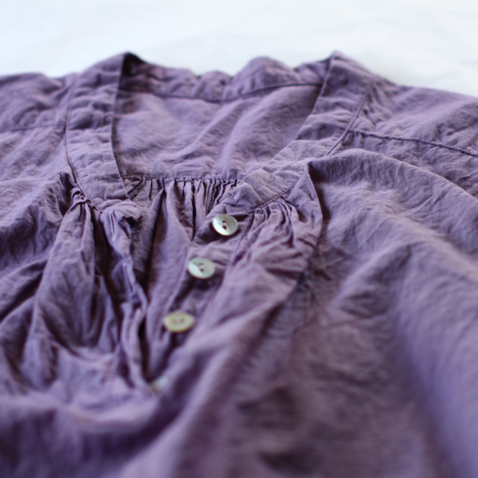 pink Organic cotton blouse オーガニックコットンのブラウス。コチニール染めでピンクに。dyed with cochineal