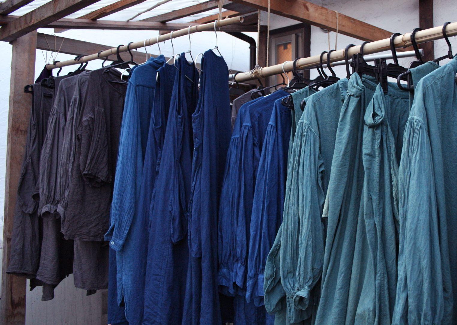 草木染め 藍やザクロで染めたリネンの服 干しているところ indigo dyed clothes drying in the garden