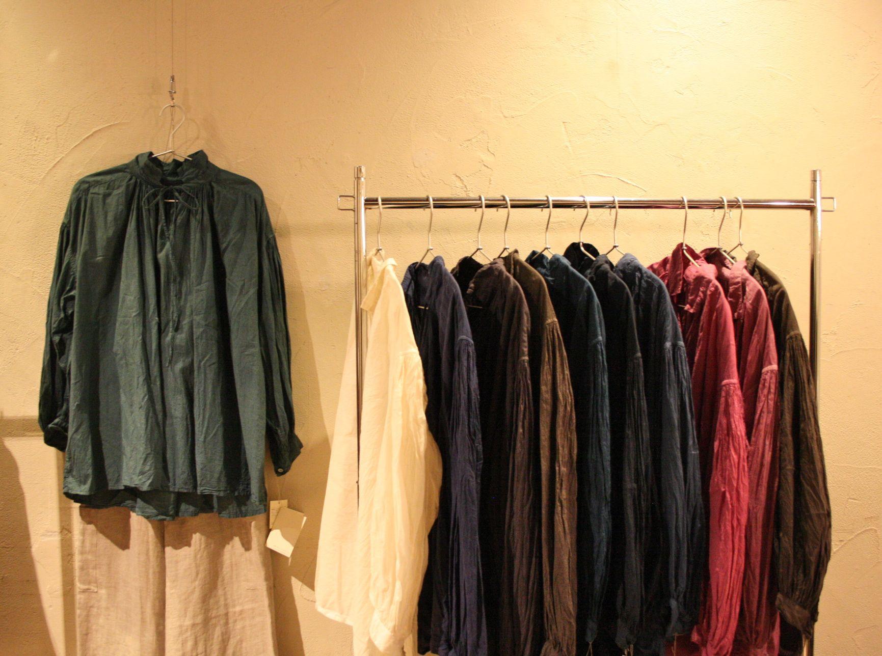 ハコギャラリー展示風景 草木染めブラウス natural dye cotton blouse