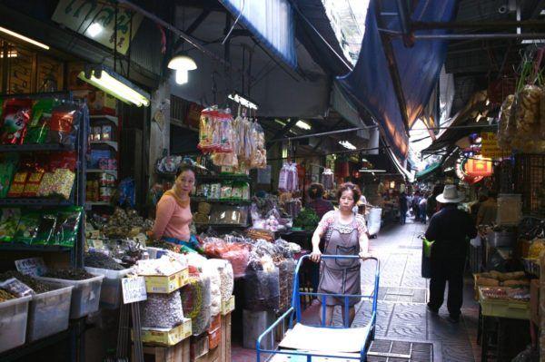「乾物通り」と私が呼んでいる細い通り。魚の浮き袋を揚げたもの、干した魚介類、お茶などいろいろ。Yaowarat, Bangkok