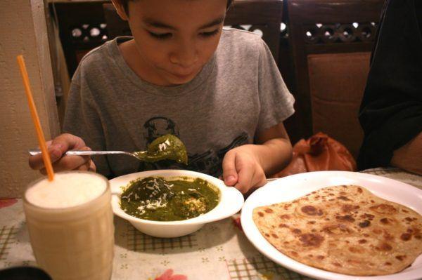 パラタ(右)に、ほうれん草とパニール(チーズ)のコフタ、マンゴーラッシー。タイ料理を食べない息子も、インド料理はパクパク。My son eating a plain paratha, palak kofta, and a mango lassi.  Little India, Bangkok