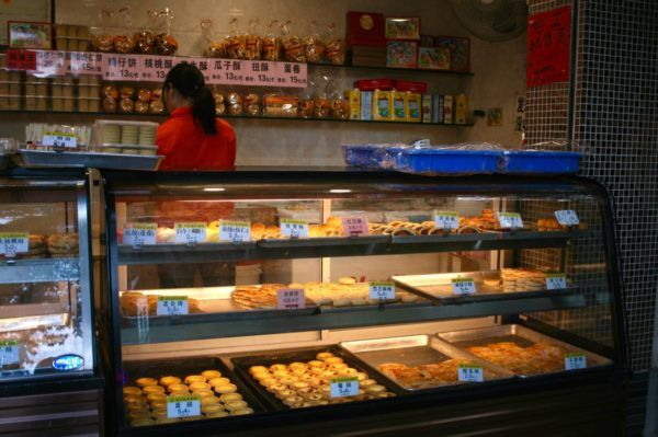 エッグタルト、平たい餅(ビン)、サクサクの酥(スー)と呼ばれる焼き菓子などを売っています。