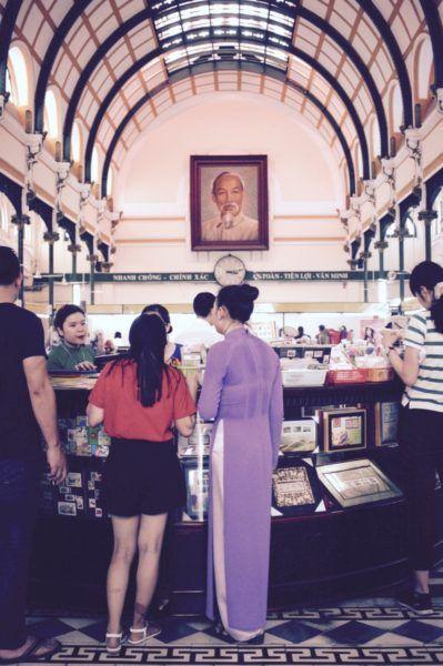 郵便局へもう一度行く。アオザイ姿の女性発見。Central Post Office Bưu điện Trung tâm Sài Gòn